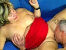 Deutscher Couchsex mit einer älteren Frau