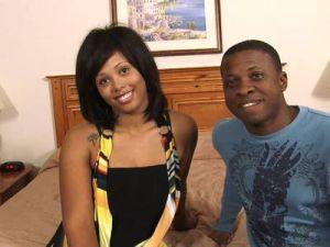 Junge schwarzes Paar hat Black Sex vor der Kamera