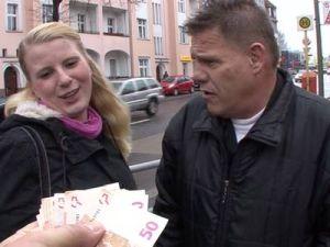 Pärchen zeigt Sex für Geld vor der Kamera