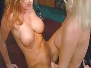 Blondine fickt Rothaarige mit einem Strapon