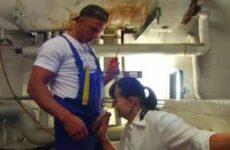 Deutsche Hausfrau bumst mit dem Handwerker im Heizungskeller