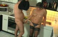 Deutscher Küchensex mit einer reifen Frau in Stiefel und Nylons
