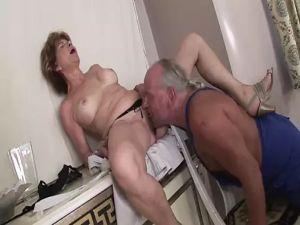 Handwerker fickt alte Frau Anal