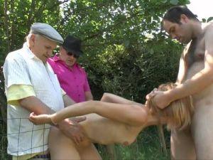 Paar lässt zwei ältere Männer mitficken