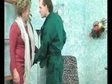 Unrasierte Lady bumst mit dem Handwerker